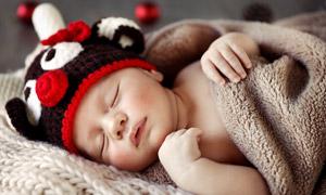 裹着小被子睡着的宝宝摄影高清图片