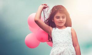 手里扯着气球的小女孩摄影高清图片