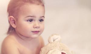 有玩具熊作伴的小女孩摄影高清图片