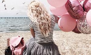 大海边拉着气球的美女摄影高清图片