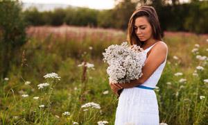 怀里抱着一束花的美女摄影高清图片