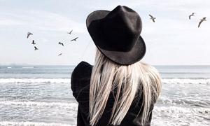 看着无边际海面的人物摄影高清图片
