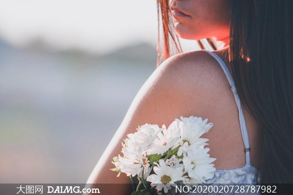 小菊花装饰的长发美女摄影高清图片