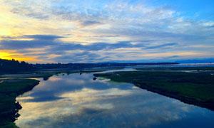 夕陽下田園美麗的河流攝影圖片