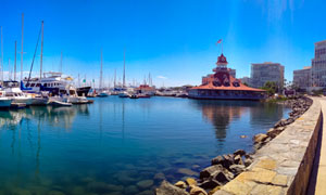 城市碼頭停泊的游艇全景攝影圖片
