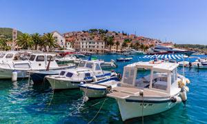 克罗地亚海边停泊的游轮摄影图片