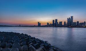 黄昏下的海滨城市美景摄影图片