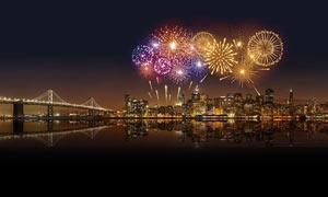 夜晚城市中盛开的烟花美景摄影图片