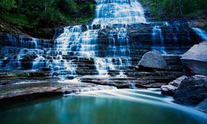 森林中的溪流瀑布美景攝影圖片