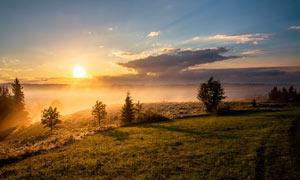 傍晚霧氣蒙蒙的山中美景攝影圖片
