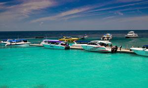 海岸線上停泊的游艇攝影圖片