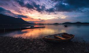 傍晚湖边停泊的小舟摄影图片