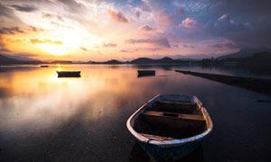 傍晚湖邊停泊的船只攝影圖片
