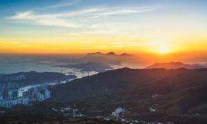 城市郊区山顶上美丽的夕阳摄影图片