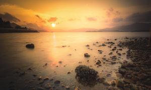 湖邊落日余暉美麗景觀攝影圖片