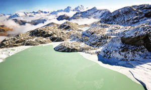雪山中的湖泊美景高清摄影图片