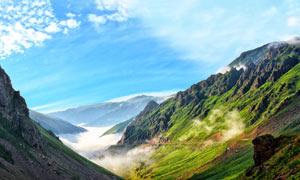藍天下的山中峽谷景觀攝影圖片