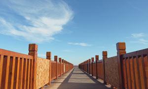 藍天下的木橋高清攝影圖片