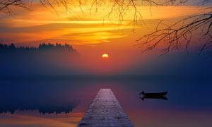 唯美仙境中的湖泊和小舟摄影图片