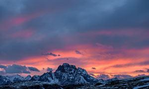 雪后山顶美丽黄昏景观摄影图片