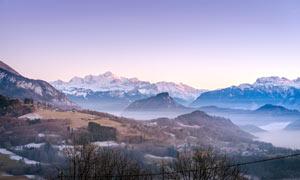 霧氣蒙蒙的連綿山峰攝影圖片