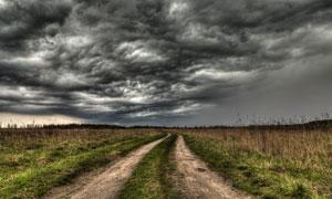 阴云密布荒野小路风光摄影高清图片