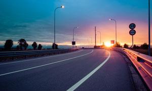 暮色霞光下的高速公路摄影高清图片