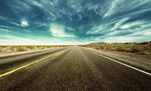 蓝天白云下的柏油公路摄影高清图片