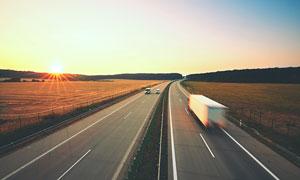 两旁是农田的高速公路摄影高清图片
