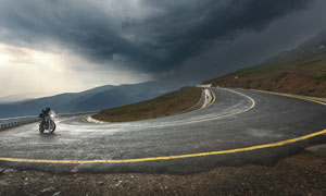 黑云壓境盤山公路彎道攝影高清圖片