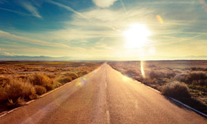 荒原上的公路风景逆光摄影高清图片