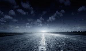 低視角天空白云與公路攝影高清圖片