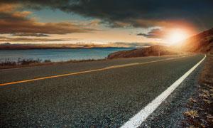 天空乌云与湖边的公路摄影高清图片