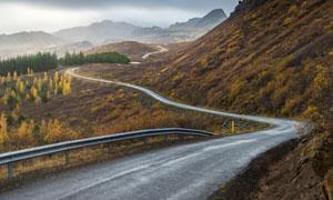 蜿蜒在山野之中的公路摄影高清图片