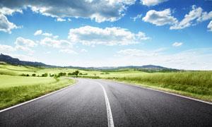 白云朵朵草原公路風光攝影高清圖片