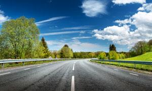 蓝天白云树木公路风光摄影高清图片