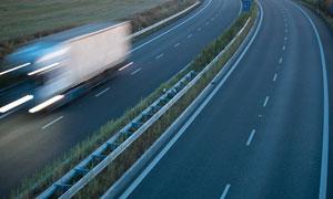 公路上行驶的运货卡车摄影高清图片