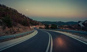 黃昏時分山間公路風光攝影高清圖片