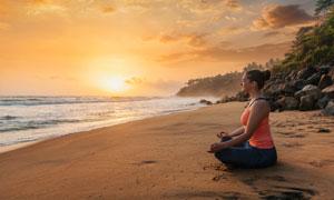 在海边打坐的瑜伽美女摄影高清图片
