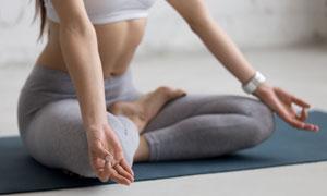 在瑜伽垫上的健身人物摄影高清图片