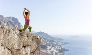 山顶岩石上的瑜伽美女摄影高清图片