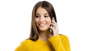 在接聽電話的黃色毛衣美女高清圖片
