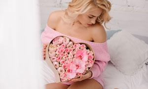 手捧玫瑰花禮盒的美女攝影高清圖片