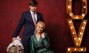 綠裙裝美女與西裝男子攝影高清圖片