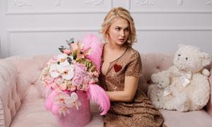 有玩具熊与鲜花作伴的美女摄影图片