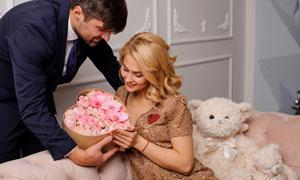 送鮮花禮物盒給愛人的男子攝影圖片