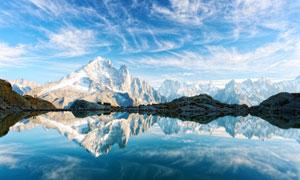 藍天湖泊與皚皚的雪山攝影高清圖片