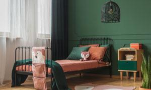 铁艺床与床头柜等家具摄影高清图片