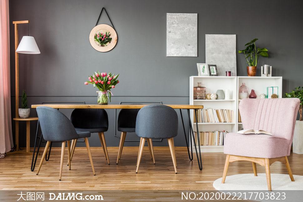 书架沙发与餐厅区域的摆饰高清图片