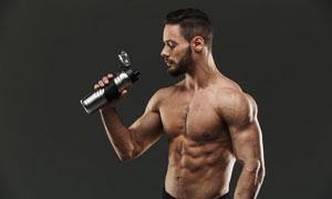 打開了瓶蓋喝水的男子攝影高清圖片